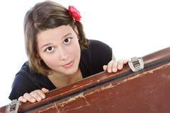 Junge Frau hinter Koffer Stockfoto