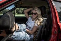 Junge Frau in ihrem Auto Lizenzfreies Stockfoto