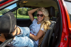 Junge Frau in ihrem Auto Stockfoto