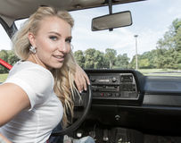Junge Frau in ihrem Auto Stockfotos