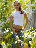 Junge Frau in ihrem Hausgarten Stockfotografie