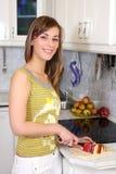 Junge Frau in ihrer Küche Stockfotos