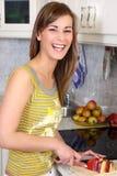 Junge Frau in ihrer Küche Stockfotografie