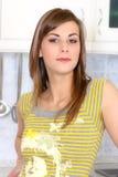 Junge Frau in ihrer Küche Stockbilder