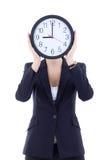 Junge Frau im Anzug, der Bürouhr hält Lizenzfreie Stockfotografie