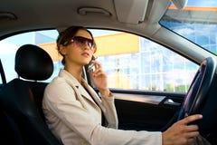 Junge Frau im Auto 1 Stockfotos