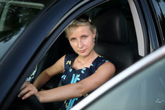 Junge Frau im Auto Stockfotos