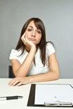 Junge Frau im Büro stockfoto