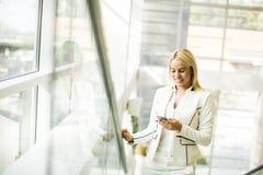 Junge Frau im Büro Lizenzfreies Stockbild