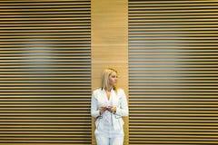 Junge Frau im Büro Lizenzfreie Stockfotos