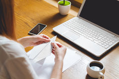 Junge Frau im Büro Nehmen Sie ein Bruch-Konzept Lizenzfreies Stockfoto