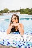 Junge Frau im Badeanzug im Wasser nahe RandSwimmingpool Stockfotografie