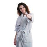 Junge Frau im Bademantel über Weiß lokalisierte Hintergrund stockfotos