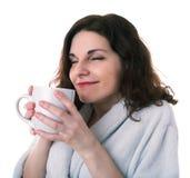 Junge Frau im Bademantel über Weiß lokalisierte Hintergrund lizenzfreies stockfoto