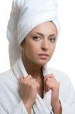 Junge Frau im Bademantel und im Tuch Lizenzfreies Stockfoto