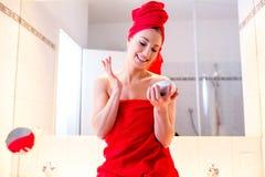 Junge Frau im Badezimmer Lizenzfreie Stockfotografie
