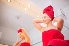 Junge Frau im Badezimmer Stockfotografie