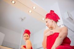 Junge Frau im Badezimmer Stockbilder