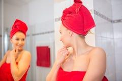 Junge Frau im Badezimmer Stockbild