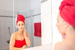 Junge Frau im Badezimmer Stockfotos