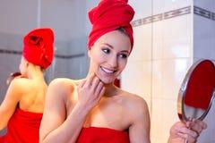 Junge Frau im Badezimmer Lizenzfreies Stockbild