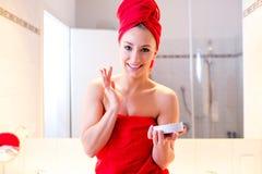 Junge Frau im Badezimmer Stockfoto