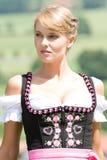 Junge Frau im bayerischen Kostüm Stockfotografie