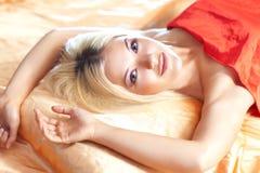 Junge Frau im Bett Lizenzfreie Stockbilder