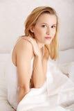 Junge Frau im Bett Stockfotografie