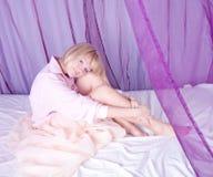 Junge Frau im Bett Lizenzfreies Stockfoto
