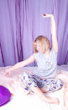 Junge Frau im Bett Stockfotos