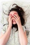 Junge Frau im Bett lizenzfreie stockfotos