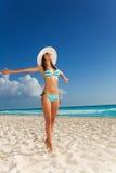 Junge Frau im Bikini auf dem Strand lizenzfreies stockbild