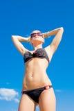 Junge Frau im Bikini auf Küste Stockbild