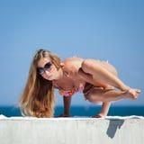 Junge Frau im Bikini in dem Meer Lizenzfreie Stockbilder
