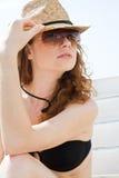 Junge Frau im Bikini, der auf Strand sich entspannt lizenzfreie stockbilder