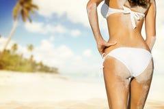 Junge Frau im Bikini, der Strand betrachtet Lizenzfreies Stockfoto