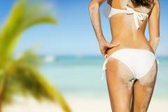 Junge Frau im Bikini, der Strand betrachtet Stockbild
