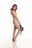 Junge Frau im Bikini mit Schablone für Tauchen Lizenzfreie Stockbilder