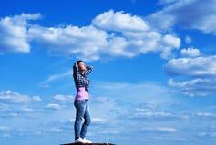 Junge Frau im blauen Himmel stockbild