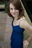 Junge Frau im blauen Kleid Stockfotos
