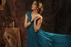 Junge Frau im blauen Kleid Stockfotografie