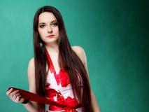 Junge Frau im blumigen Kleid des Sommers auf Grün Lizenzfreie Stockfotografie