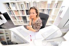 Junge Frau im Büro Stockfotografie