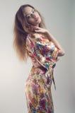 Junge Frau im bunten Kimono Stockfotos