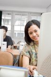 Junge Frau im Computerkurs lizenzfreies stockbild