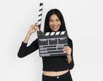 Junge Frau im croptop, das clapperboard hält lizenzfreies stockfoto