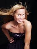 Junge Frau im eleganten Kleid über Dunkelheit Stockfoto