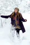 Junge Frau im Freien im Winter Stockbild