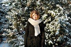 Junge Frau im Freien im Winter Stockfotografie